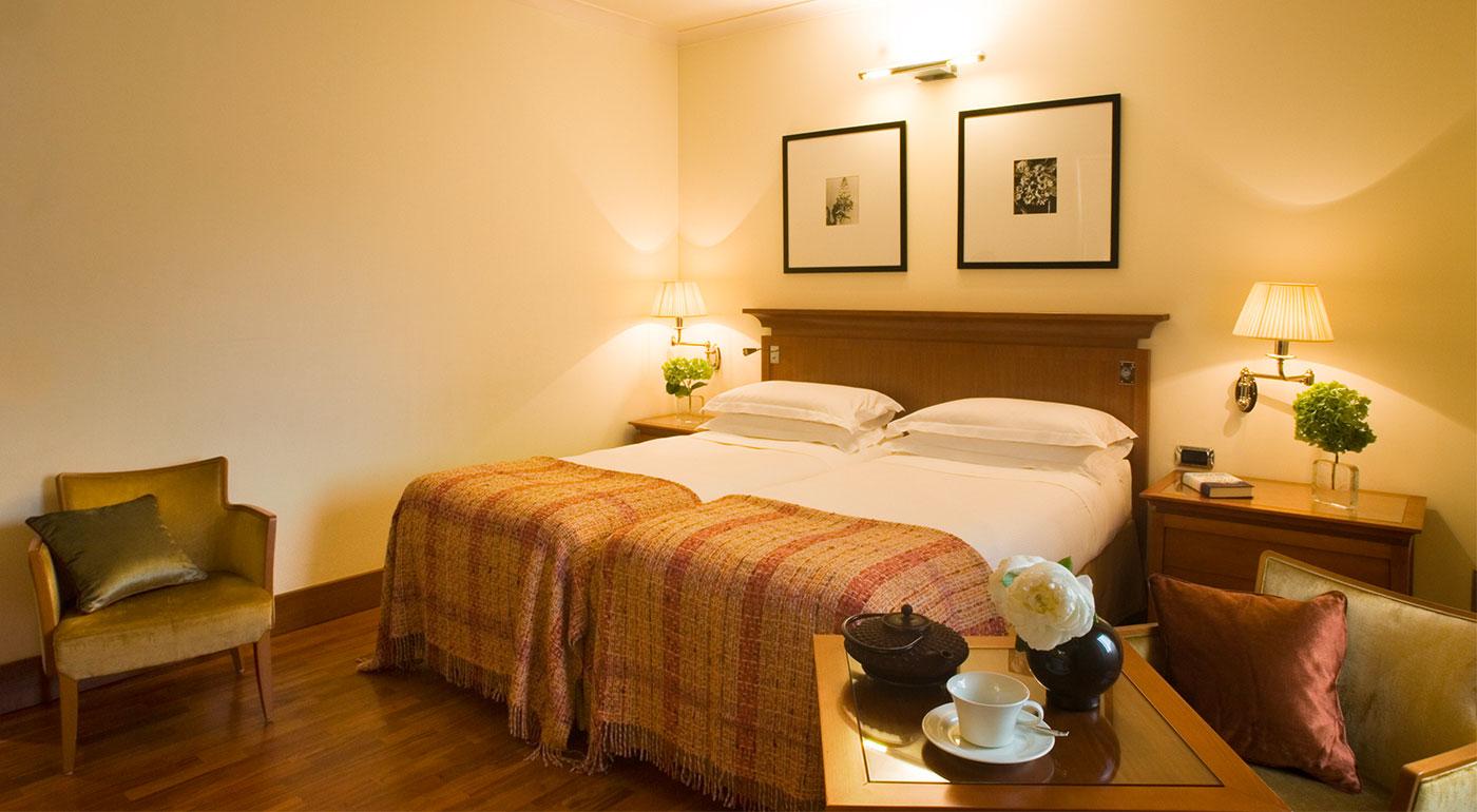 Dormire a roma termini camera deluxe starhotels metropole for Camera roma